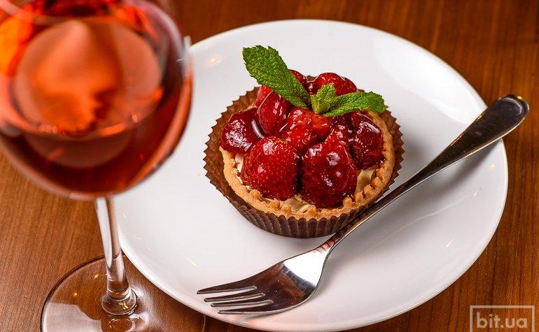Специальное предложение  «Розовое вино и клубничный тарт», 79 грн.