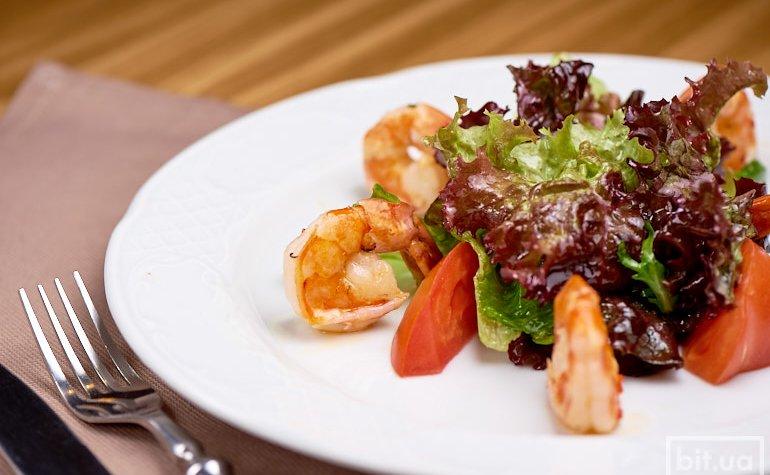 Салат с креветками, микс-салатом, томатами черри и лаймово-мятной заправкой 200 г./120 грн.